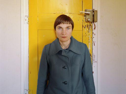 Elina_Brotherus_07_La-chambre-10-la-porte-jaune